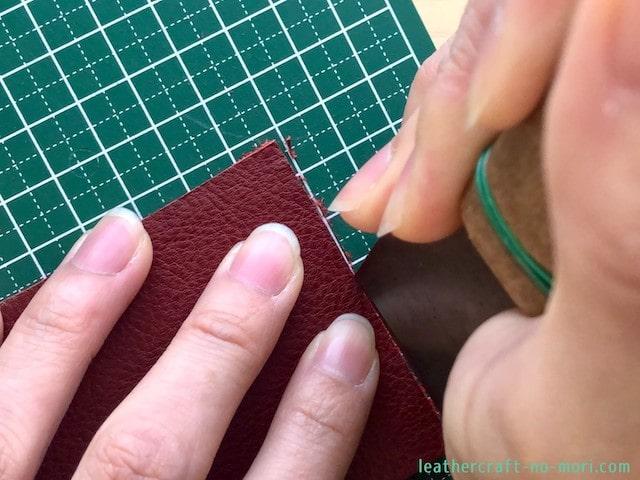 包丁で革のバリを切る